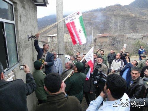 نصب پرچم جمهوری اسلامی ایران بر سردرب 201 شهید شهرستان مینودشت