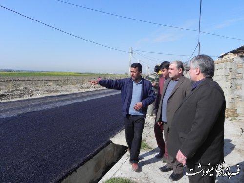 بازدید فرماندار مینودشت از عملیات آسفالت در روستای عباس آباد املاک مینودشت